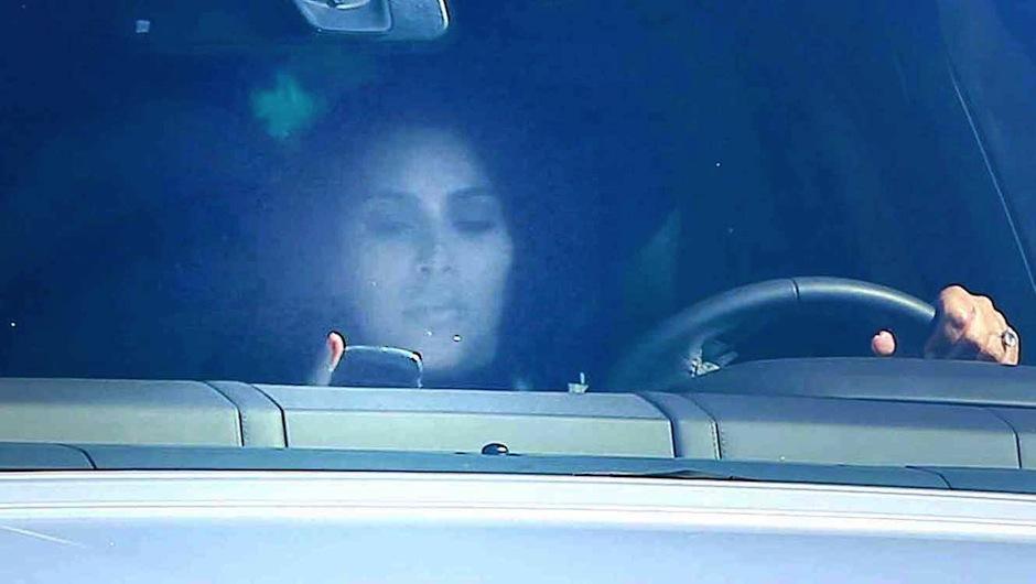 Kardashian textea mientras maneja sin ver su camino. (Foto: Telemundo)