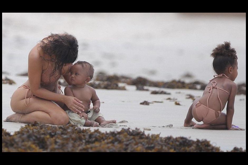 Kim disfruto de la playa junto a sus hijos North y Saint. (Foto: Twitter)