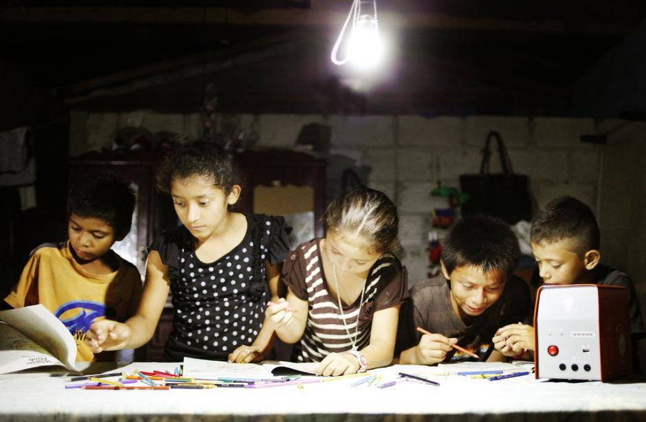 Según varios padres, sus hijos pasan de estudiar 20 minutos con una candela a dos horas y media con este sistema. (Foto: Kingo)