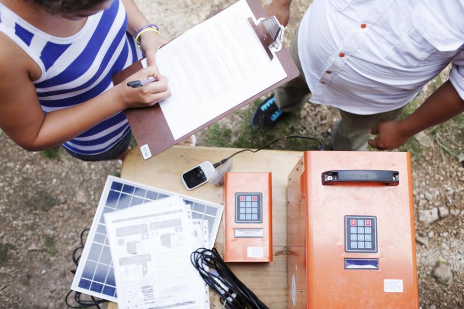 Las personas pueden recargar la batería de sus celulares, utilizar otros aparatos eléctricos e iluminar su hogar con una sola fuente de energía. (Foto: Kingo)