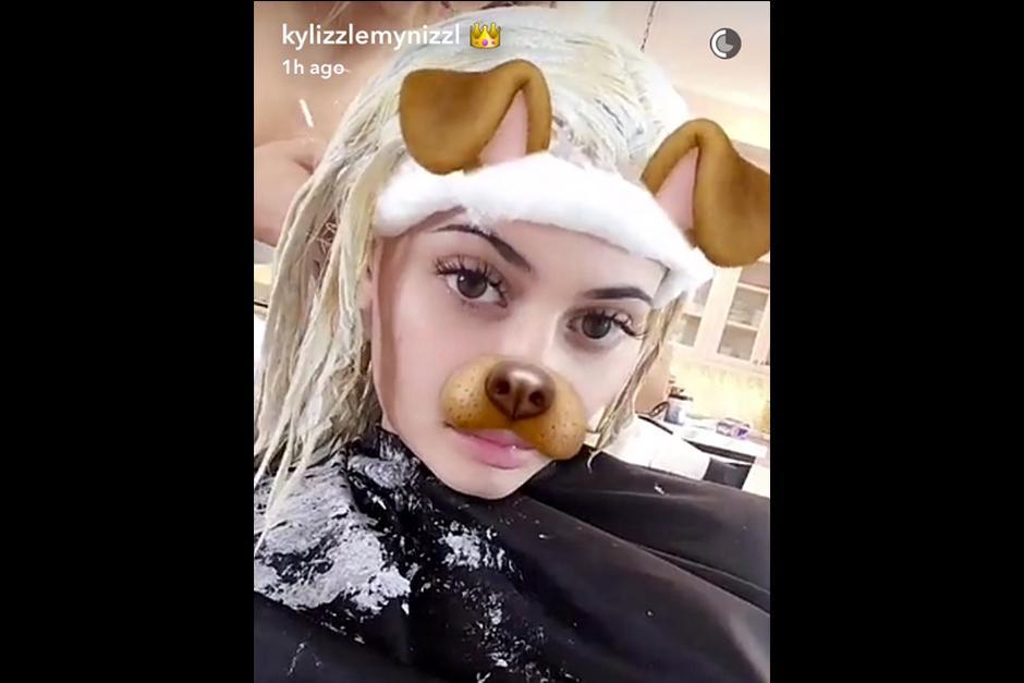 Kim y Khloé son algunas de las que han teñido su pelo de rubio. (Foto: Snapchat)