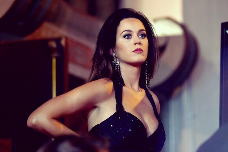 Katy Perry llegó a la presentación con un vestido que no pasó desapercibido. (Foto: AFP)