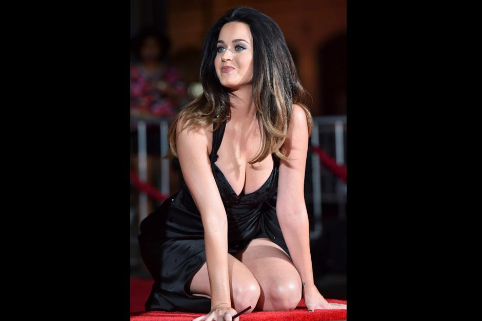El diseño se caracterizó por su prominente escote y por resaltar los atributos físicos de Katy Perry. (Foto: AFP)