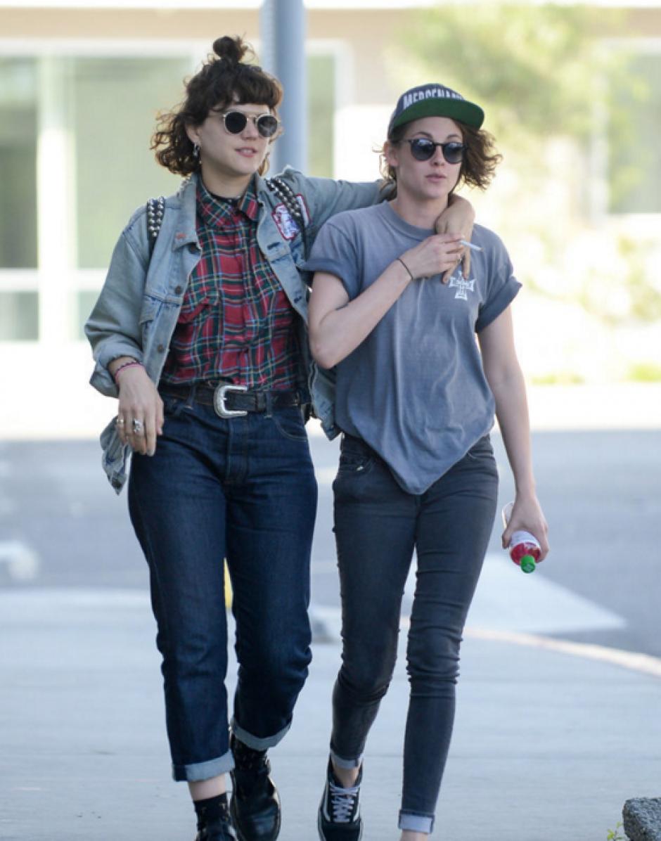 La actriz fue vista con con la cantante francesa Stéphanie Sokolinski, conocida como Soko (Foto: sopitas.com)