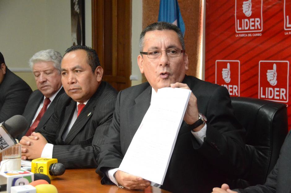 Roberto Villate, secretario de la bancada Lider, recibió la renuncia de Ajcip y le deseó suerte. (Foto Cortesía de José Castro)
