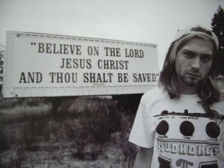 Cobain con los mensajes religiosos que tanto le gustaba que quedaran plasmados en sus fotografías. (Foto: Kurt Cobain Fans)