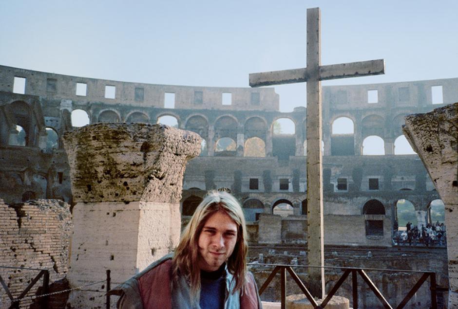 Kurt Cobain tenía una compulsiva afición por fotografiarse con objetos religiosos o frases que hicieran alusión a la religión. Aquí en el Coliseo Romano en Italia, donde muchos afirmaron que Cobain se sintió feliz de estar en aquel lugar. Imagen de 1989. (Foto: Kurt Cobain Fans)
