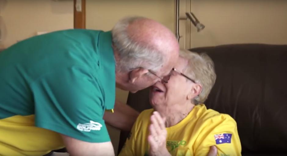 Los abuelos derramaron algunas lágrimas de felicidad tras el triunfo logrado por su nieto. (Imagen: Captura de YouTube)