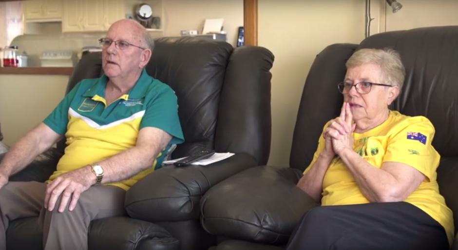 Una pareja de abuelos mira la transmisión de la participación de su nieto. (Imagen: Captura de YouTube)