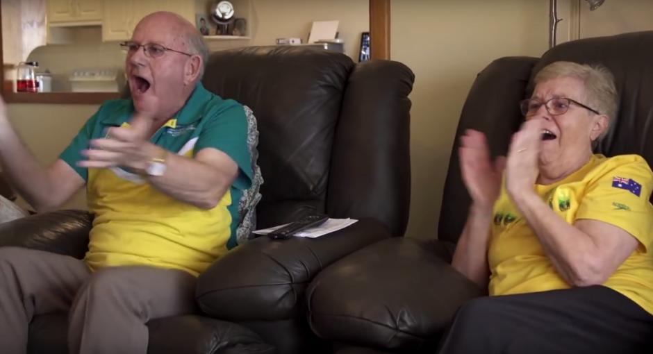 Los abuelos del nadador Kyle Chalmers ven emocionados la participación de su nieto. (Imagen: Captura de YouTube)