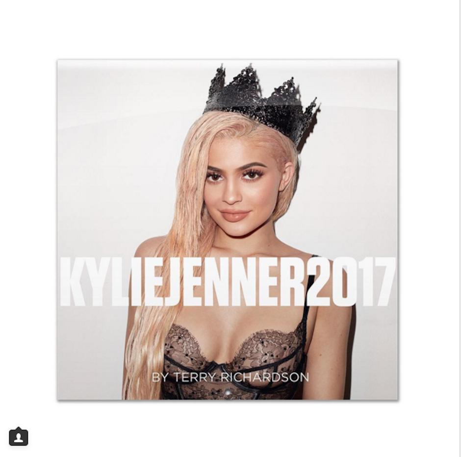 Kylie Jenner mostró con orgullo un poco de su calendario para 2017. (Foto: Instagram)
