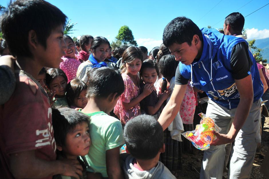 El medallista nacional, Erick Barrondo, visitó la Comunidad Navidad en Alta Verapáz, donde entregó juguetes a niños. (Foto: Byron de la Cruz/Nuestro Diario)