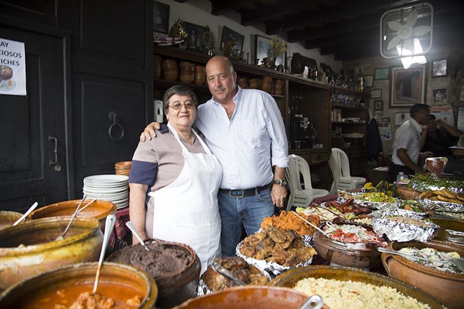 Andrew Zimmern visitó a Doña Ofiria de Urquizú, durante su viaje a Guatemala. (Foto: Andrew Zimmern oficial)