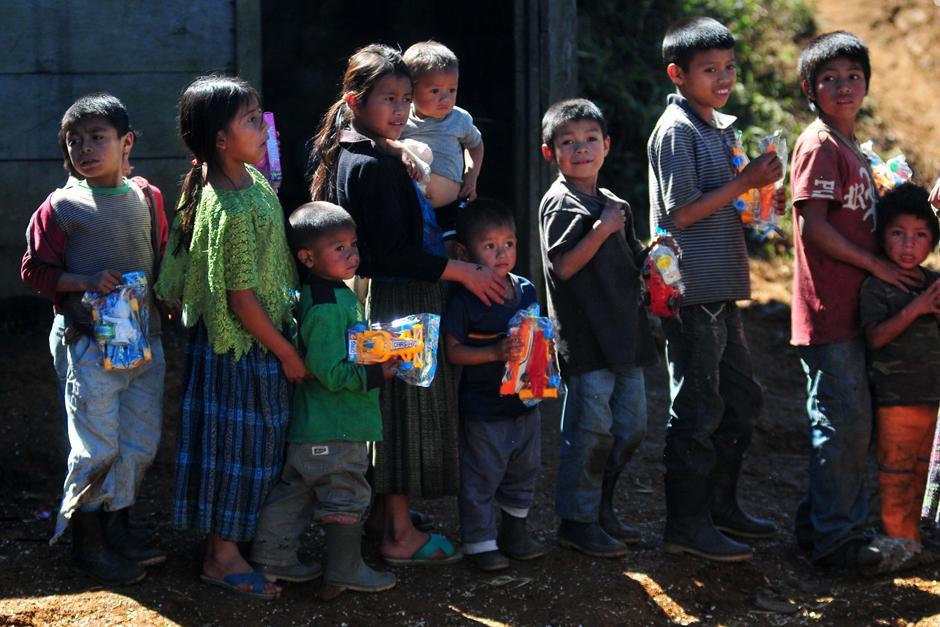 Decenas de niños hacen fila para recibir los juguetes que entregaron los marchistas Erick Barrondo y Mirna Ortiz en la Comunidad Navidad. (Foto: Byron de la Cruz/Nuestro Diario)