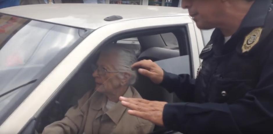 Una señora causó caos al utilizar la ciclovía con su vehículo. (Foto: Captura de YouTube)
