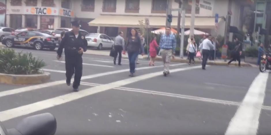 Un ciclista grabó el intento de atropellarlo. Un policía se dio cuenta y acudió. (Foto: Captura de YouTube)