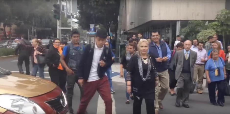 La señora usó una vía exclusiva para peatones y ciclistas. (Foto: Captura de YouTube)
