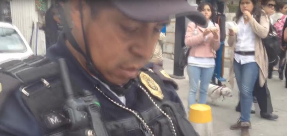 Tras algunos minutos, otro agente acudió para apoyar a su compañero. (Foto: Captura de YouTube)