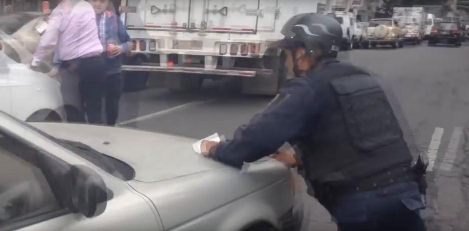 Cuando se le conducía para estacionar el vehículo, la señora aceleró. (Foto: Captura de YouTube)