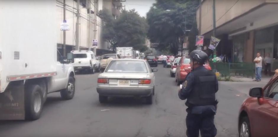 Los agentes no pudieron evitar que la ancianita huyera. (Foto: Captura de YouTube)