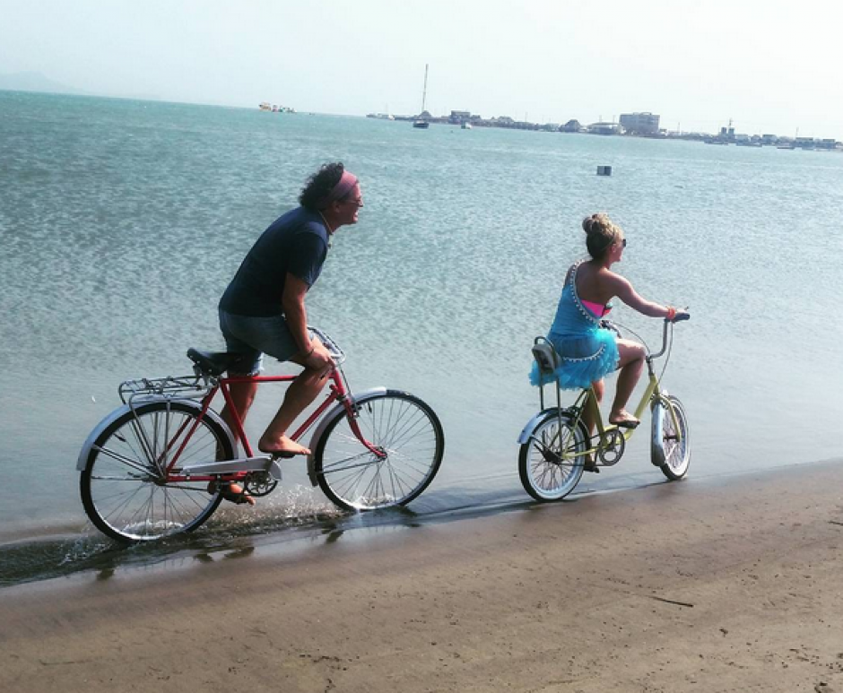 Shakira y Carlos Vives en sus bicicletas por Colombia. (Foto: Carlos Vives/Facebook)