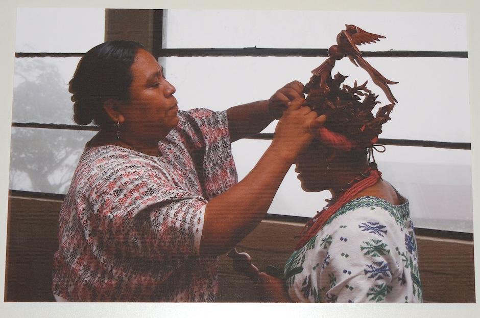 """""""La corona del quetzal"""" de Karlo Roan, muestra la corona de madera que la Reina de Tucurú porta con orgullo, representando la belleza de su comunidad. (Foto: Selene Mejía/Soy502)"""