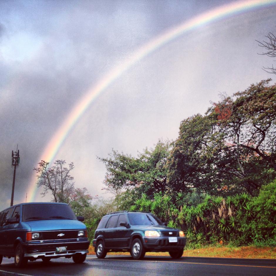 Esta fotografía tomada a las 6:30 de la mañana en la carretera que conduce de San Miguel Petapa a Boca del Monte muestra un arcoíris mañanero luego de un día que terminó con lluvias torrenciales. Fotografía del 7 de marzo, (Foto: Jesús Alfonso/Soy502)