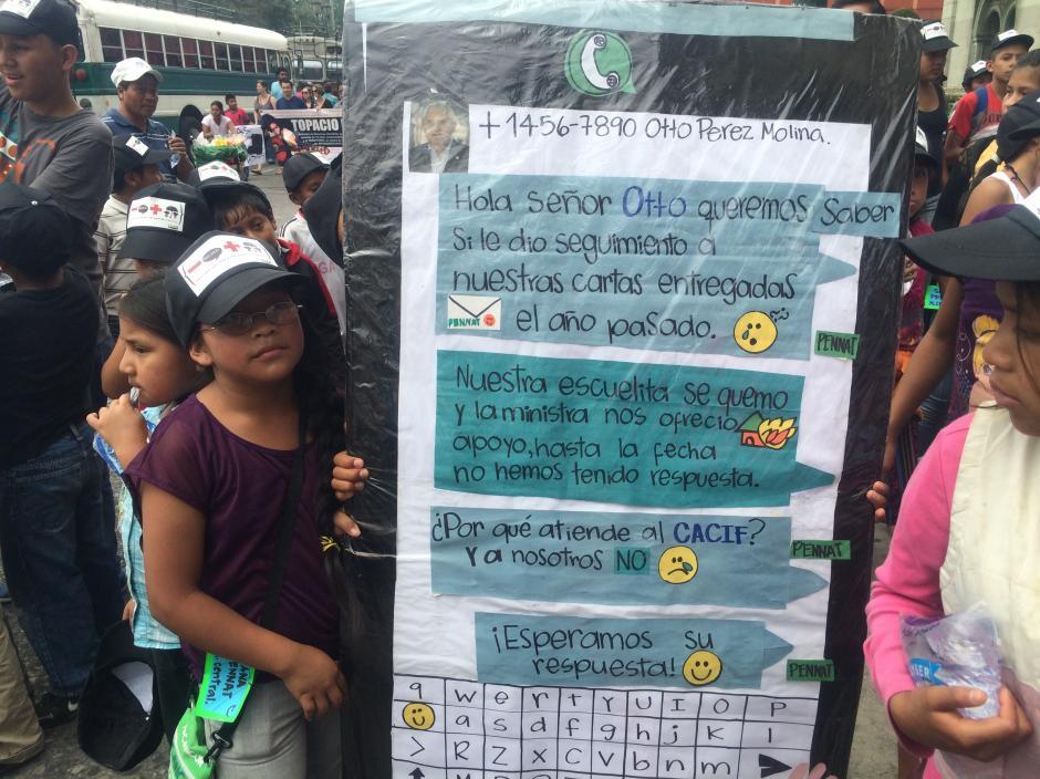 Con un cartel en forma de pantalla de teléfono inteligente los niños trabajadores de Guatemala enviaron un mensaje al presidente Otto Pérez Molina. (Foto: Luis Barrios/Soy502)