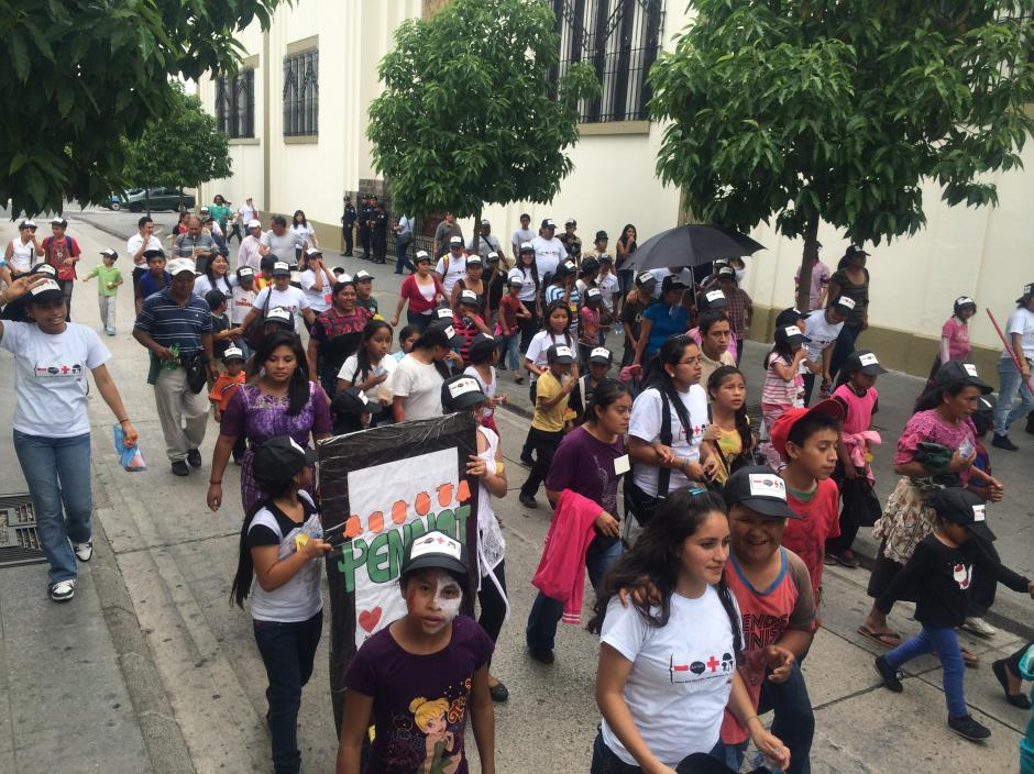 Los niños del Pennat en su reccorrido por Casa presidencial y el Palacio Nacional. (Foto: Luis Barrios/Soy502)