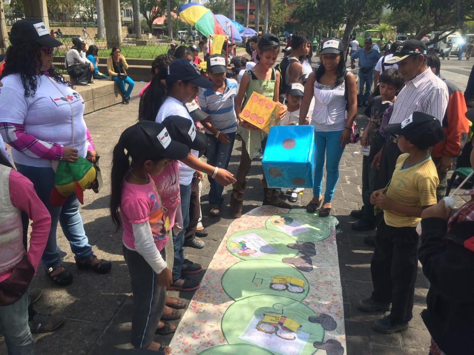 Los niños del Pennat jugaron antes e marchar por centro historico de la capital de Guatemala. (Foto: Luis Barrios/Soy502)