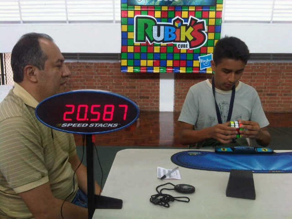 Uriel Paniagua, de 13 años, lleva un mes con el cubo. Su récord es de 42 segundos en 3x3. Dice que ahora prefiere jugar con el cubo a estar en Facebook o en el celular. (Foto: Tekandi Paniagua)