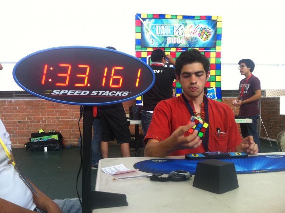 José Alfredo Rossell, de 16 años, tiene un récord 1:30 minutos para resolver el cubo con una mano.(Foto: Tekandi Paniagua)