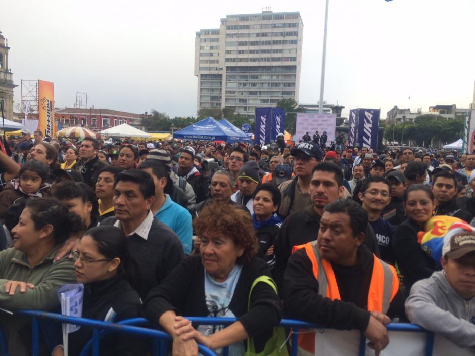 Miles de personas despiden a los motoristas en la Plaza de la Constitución, desénadoles un buen viaje y que todo salga bien en el trayecto.(Foto: Luis Barrios/Soy502)