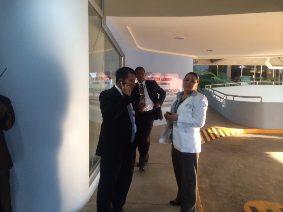 Una médico del Instituto Nacional de Ciencias Forenses llega al hospital a establecer el estado de salud de la Vicepresidenta Roxana Baldetti. (Foto: Luis Barrios/Soy502)
