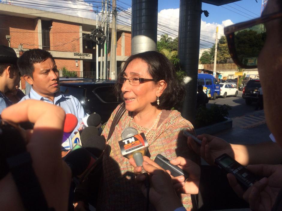 La directora de la Fundación Sobrevivientes, Norma Cruz, llega al hospital a visitar a Roxana Baldetti. (Foto: Luis Barrios/Soy502)