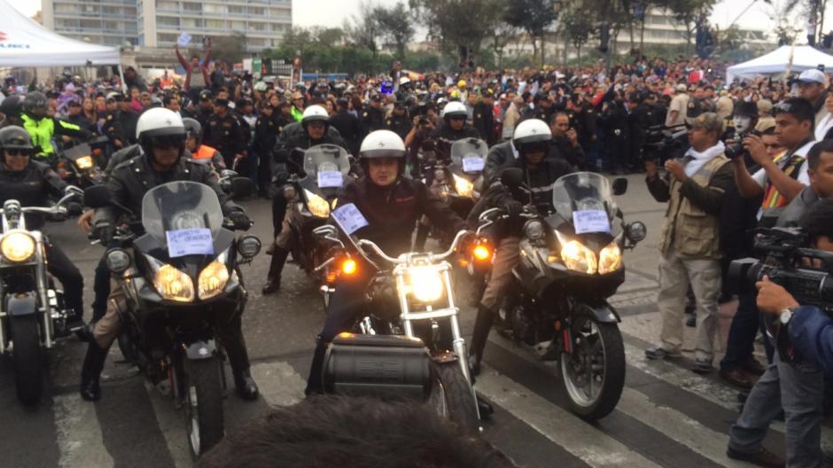 El Presidente de la República, Otto Pérez Molina, encabezó parte del recorrido de la Caravana del Zorro. También se sumaron ministros como el de Gobernación, Comunicaciones y algunos diputados.(Foto: Luis Barrios/Soy502)