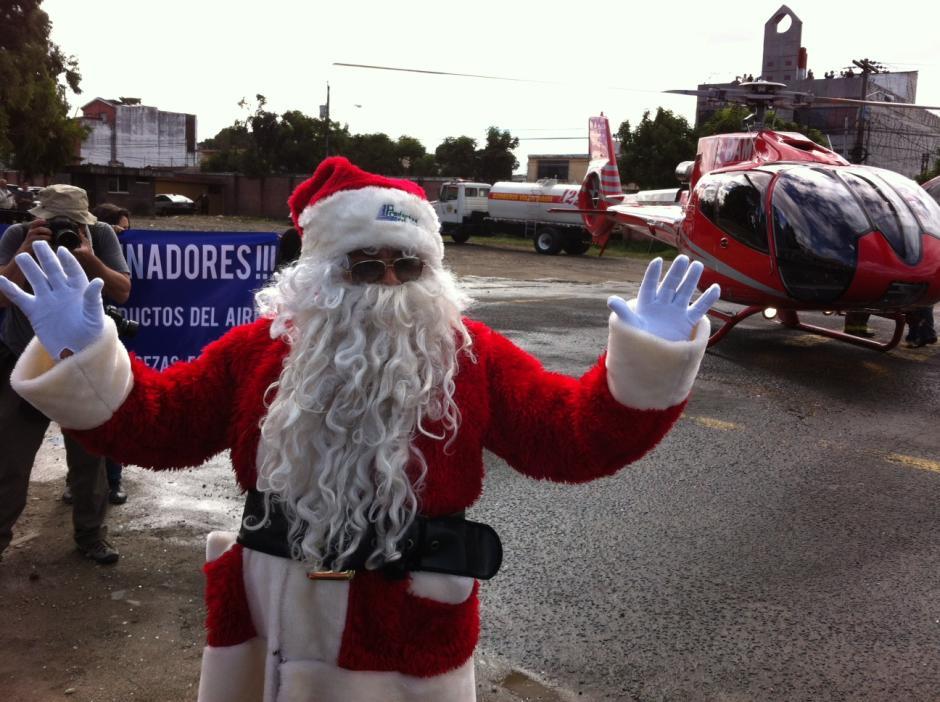 Santa Claus llegando en helicóptero al parqueo del San Juan De Dios. (Foto: Antonio Ordoñez/Soy502)