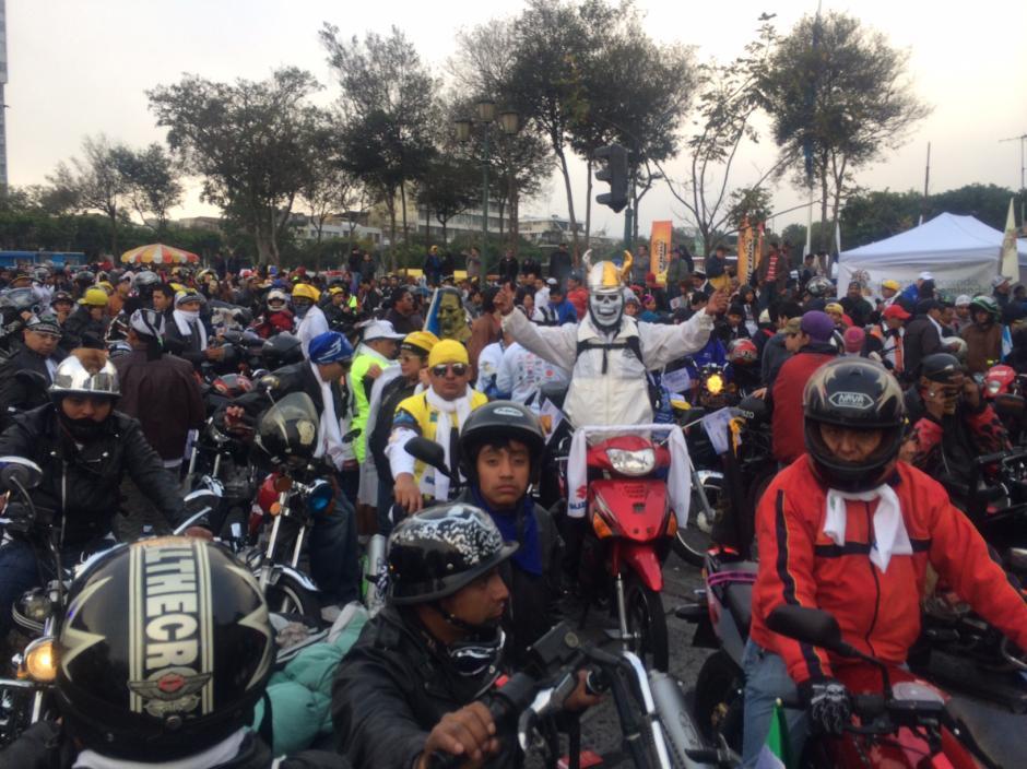 Cerca de 8 mil motoristas de todo el país recorren ya la carretera que los llevará a Esquipulas, Chiquimula, en la tradicional Caravana del Zorro. (Foto: Luis Barrios/Soy502)