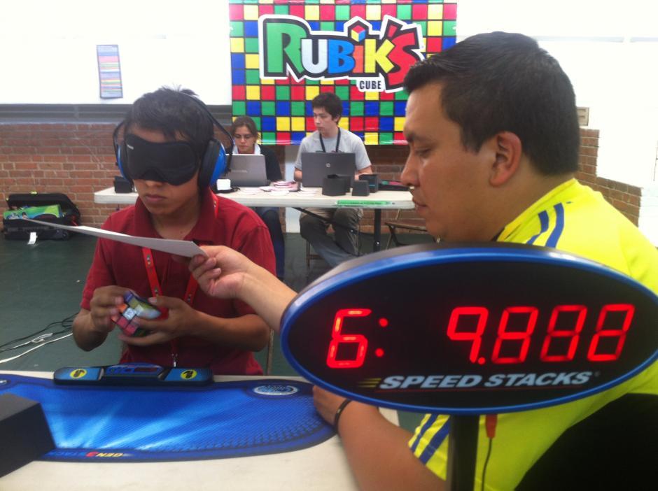 Trini Bulux forma parte de la comunidad de Xela. A sus 18 años tiene un récord de 23 segundos para armar un cubo con los ojos cerrados. (Foto: Tekandi Paniagua)