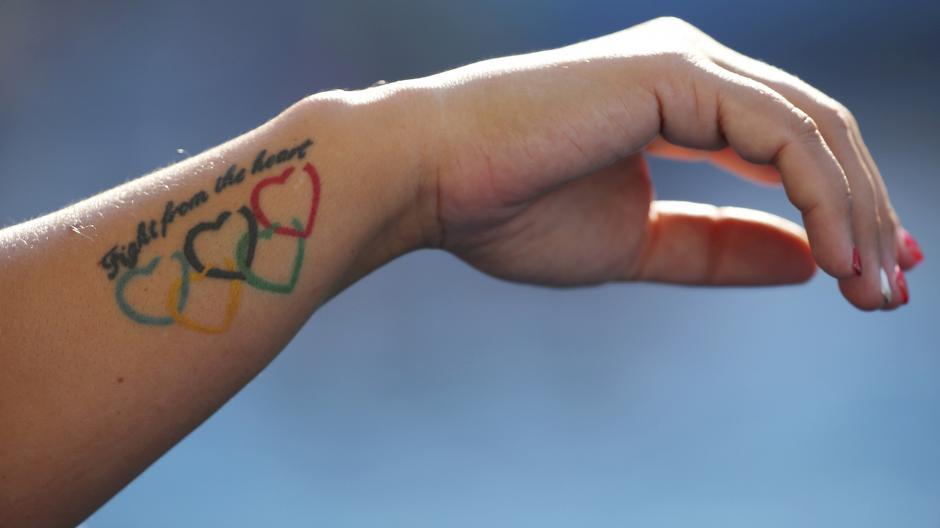 Un tatuaje en el brazo de la húngara Bárbara Bujka. (Foto: AFP)