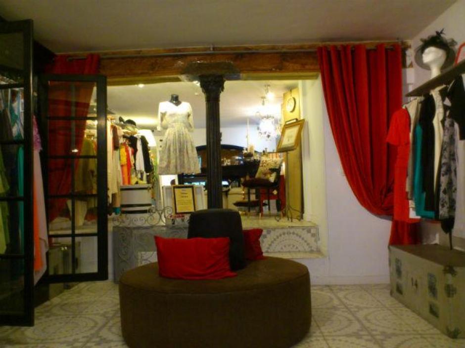La tienda está dividida en dos plantas con ambientes distintos.