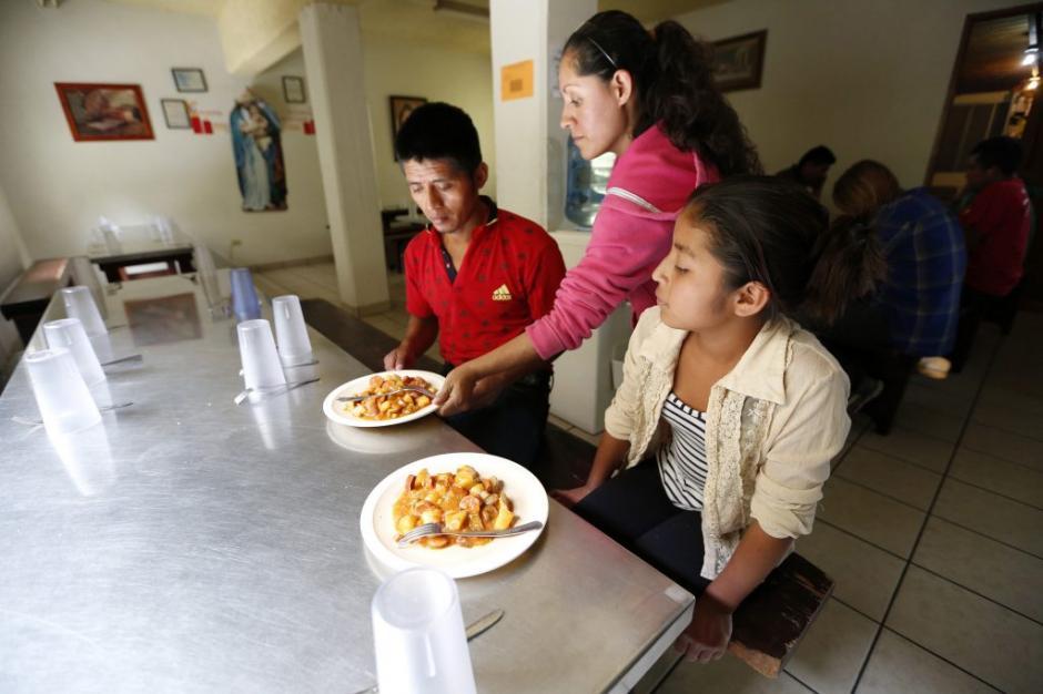 Francisco junto con su hija Angelina, ambos guatemaltecos, residen temporalmente en la Casa del Migrante de Tijuana. (Foto: La Opinión)