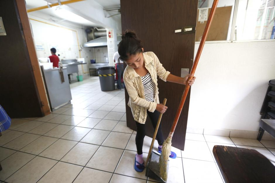 Angelina ayuda en labores de limpieza dentro de la Casa del Migrante. (Foto: La Opinión)