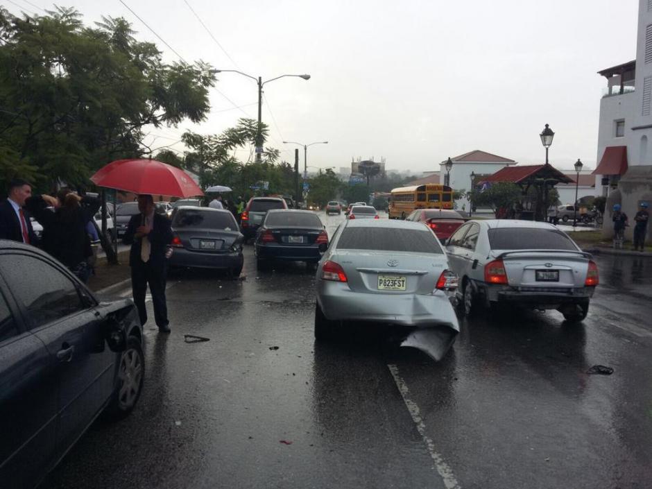 Un conductor que no fue identificado chocó con 15 vehículos y tres motos por huir de la PNC. (Foto: Amílcar Montejo/PMT)