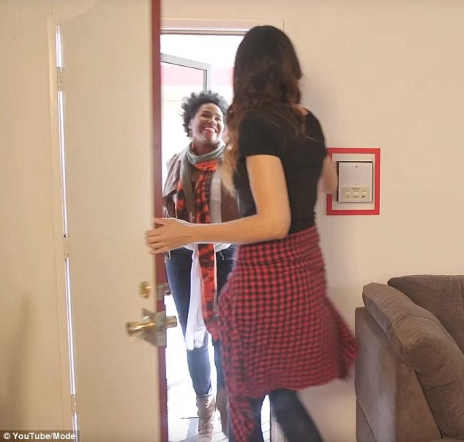 Alicia recibe a su amiga Candice Cox. (Foto: Daily Mail)