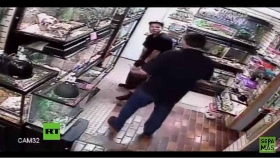Uno de los trabajadores del lugar se le acerca para pedirle que devuelva a la serpiente. (Foto: Youtube)