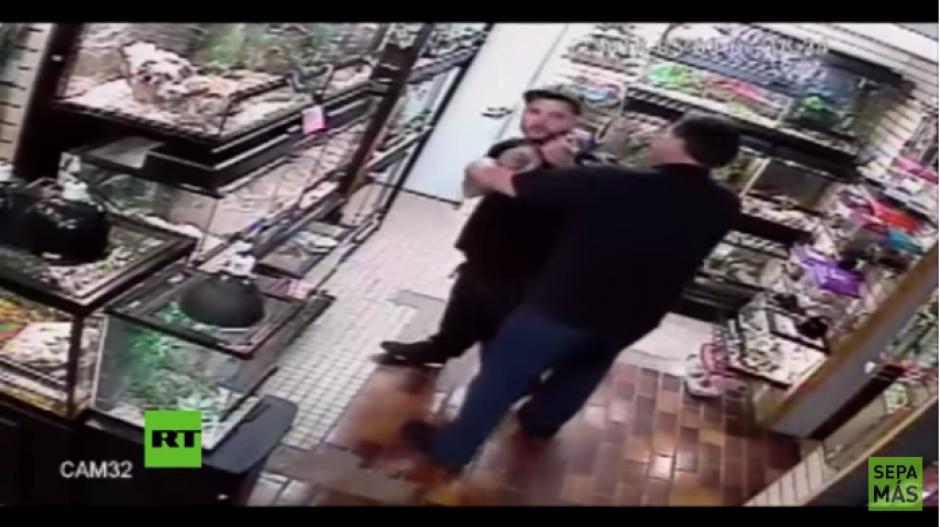 El hombre se niega a sacar a la pitón de sus pantalones. (Foto: Youtube)