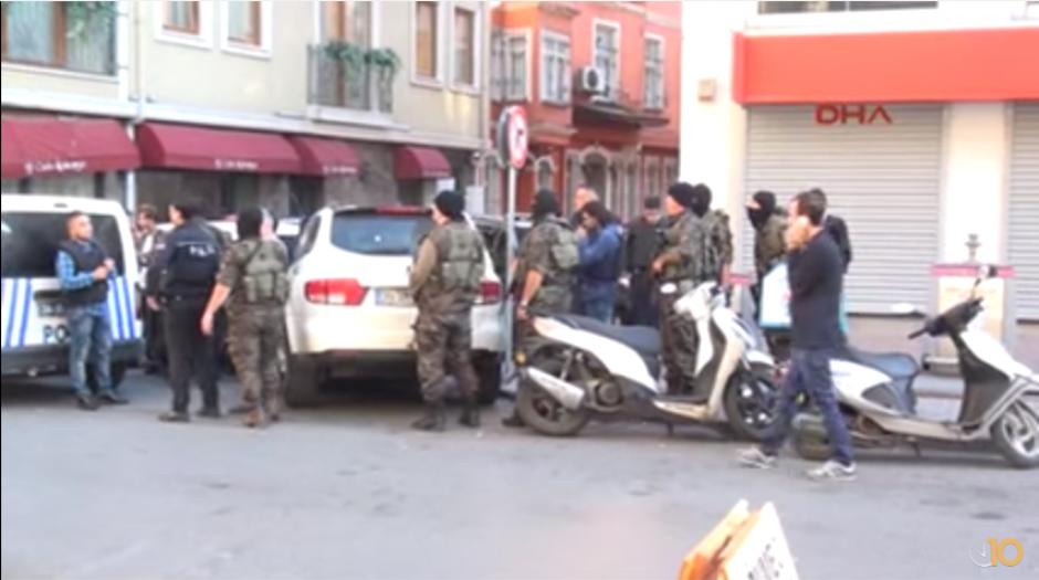 El hombre se quedó en el balcón por horas y luego se entregó a las autoridades.  (Foto: hurriyetdailynews)