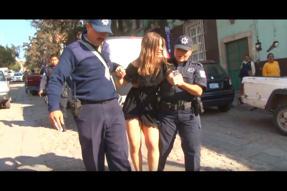 Después de varios minutos fue arrestada, pero el video se volvió viral. (Foto: Óscar Aguilar/YouTube)