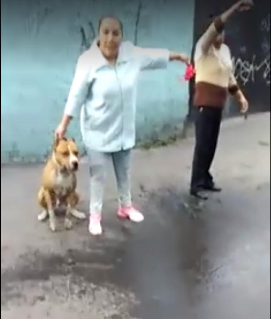 La dueña del pitbull sostiene al animal luego del mortal ataque. (Imagen: Captura de pantalla)